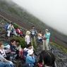 PANASONIC DMC-FX100で撮影した(富士山アタック黒鳥隊。いっぷく、ここで富士さんが赤いのに気づく。7合目~8合目。)の写真(画像)