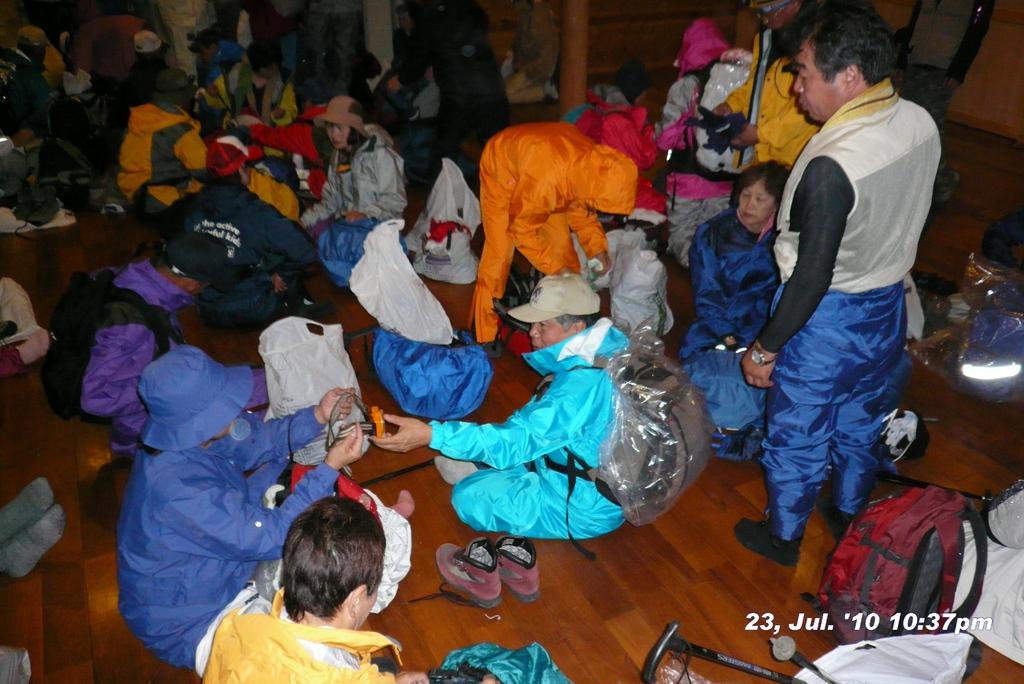 富士山アタック黒鳥隊。深夜出発準備これ最後の写真。100723-223731