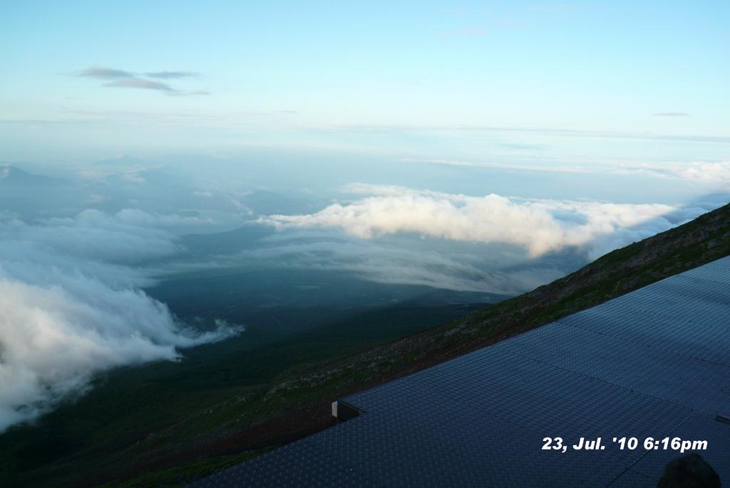 富士山アタック黒鳥隊。宿から影富士の一部確認。100723-181649