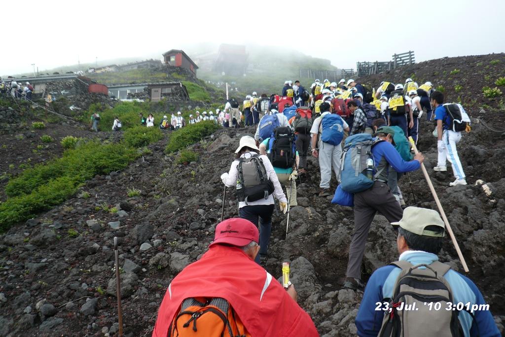富士山アタック黒鳥隊。下から見上げるとすぐそこにみえるんだが、ようやく7合目。