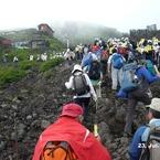 PANASONIC DMC-FX100で撮影した(富士山アタック黒鳥隊。下から見上げるとすぐそこにみえるんだが、ようやく7合目。)の写真(画像)