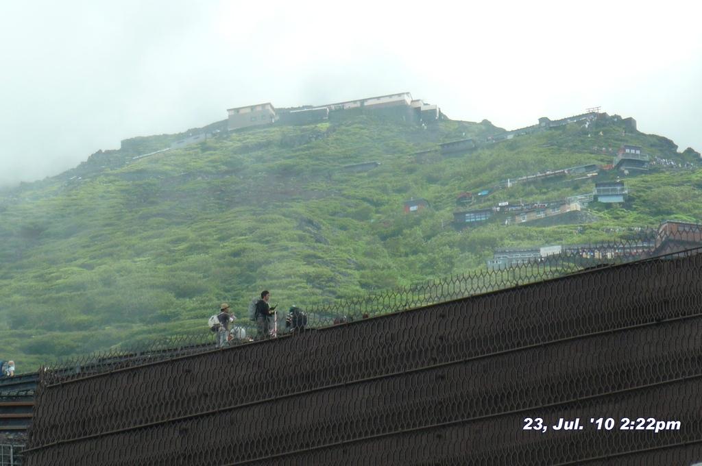 富士山アタック黒鳥隊。6合目を通過後に見上げる7合目8合目。中央上の山小屋まで2