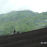 PANASONIC DMC-FX100で撮影した(富士山アタック黒鳥隊。6合目を通過後に見上げる7合目8合目。中央上の山小屋まで2)の写真(画像)