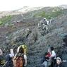 PANASONIC DMC-FX100で撮影した(富士山アタック黒鳥隊。宿泊する東洋館脇から見る山頂方面。一瞬の晴れ間。10072)の写真(画像)