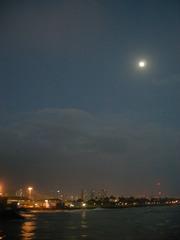 月とワイキキ