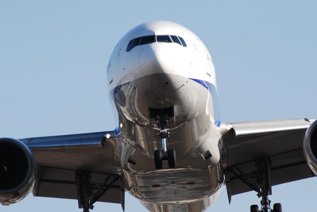 迫り来る飛行機