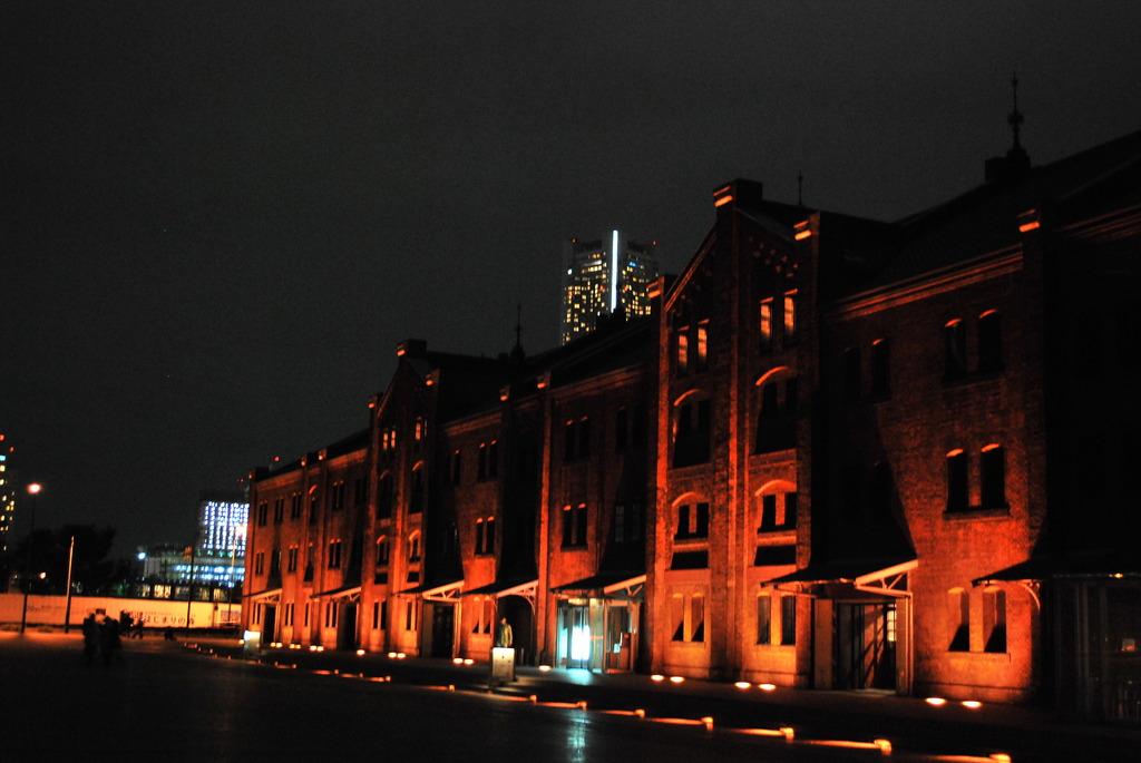 闇に浮かぶ建物