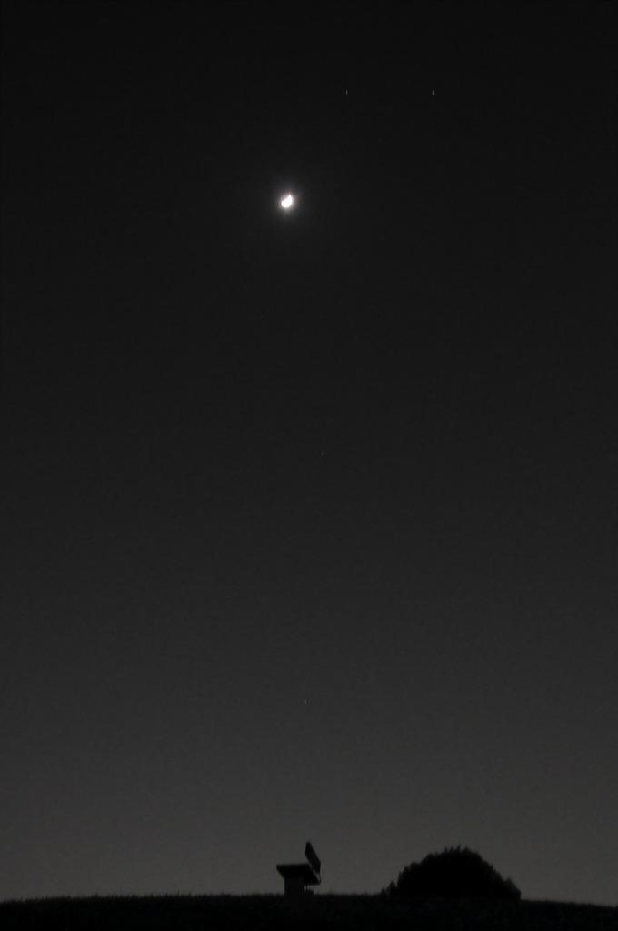 月とベンチ