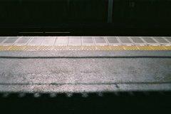 酷暑日に 日陰探して 電車待つ
