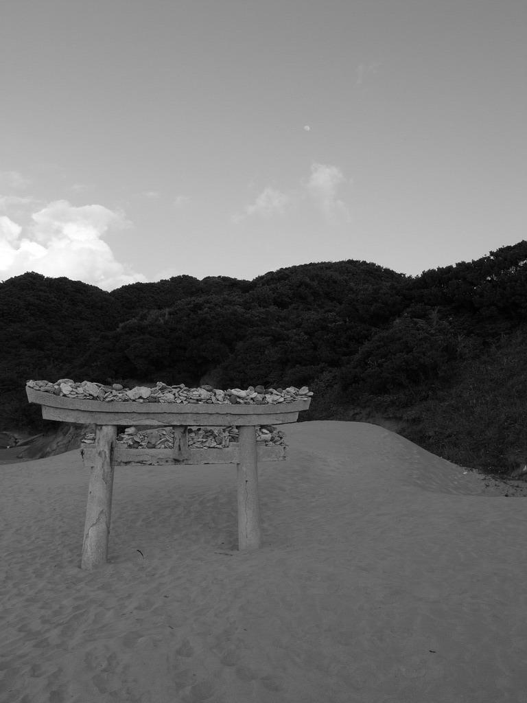 砂浜の鳥居。