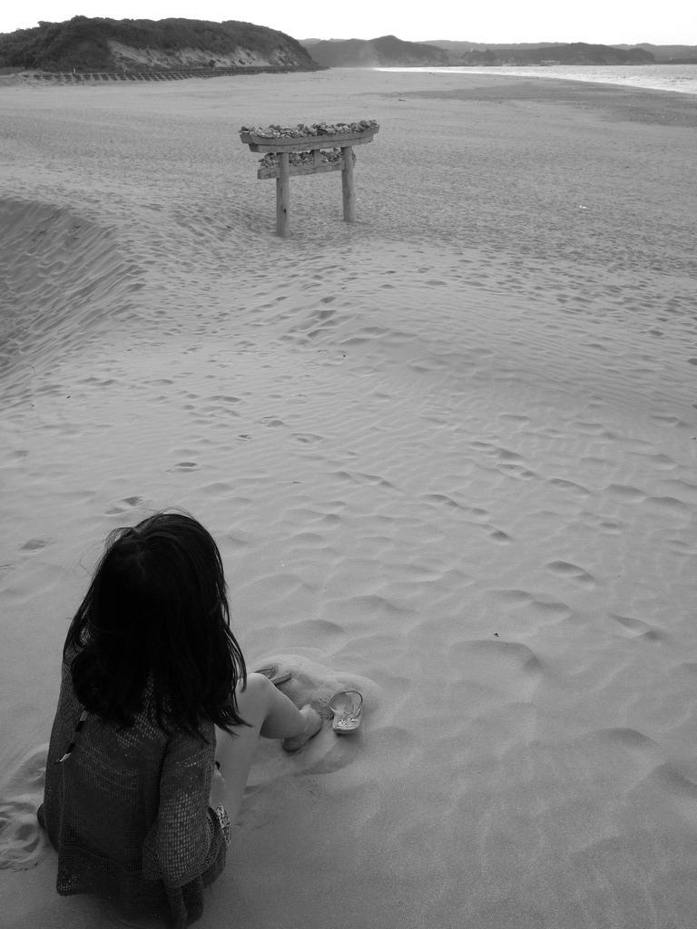 砂浜の鳥居と娘。