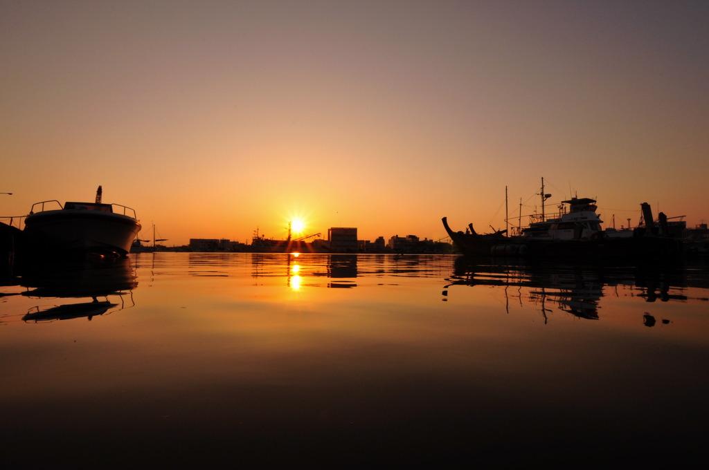 港も日没を