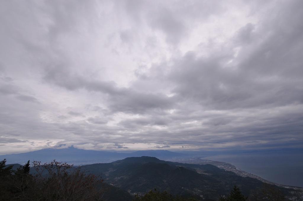 浜石岳より富士山見えず