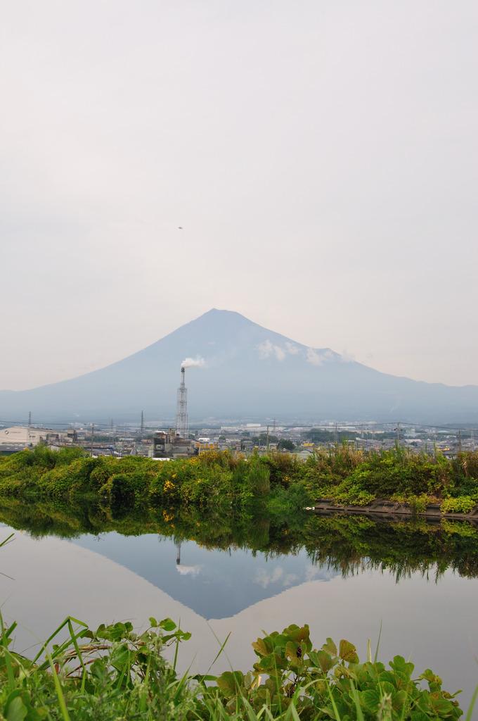 川で逆さ富士