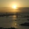 横浜ベイブリッジの奥から登る朝日