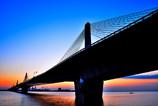 夜明けの湾岸道路