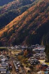 秋の山間をゆく
