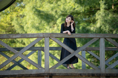 橋の上からハイ・ポーズ
