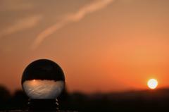 水晶玉が映し出す夕景