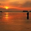 黄金の湖と釣り人