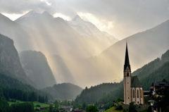 光芒射す谷間の村