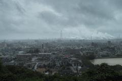 雨の日の煙突のある町