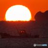 朝陽と漁船