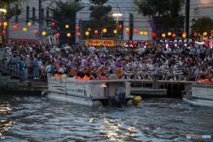 川沿いの演舞場