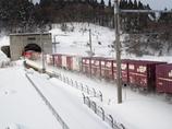 青函トンネルへ突入する貨物列車