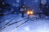 雪の舞う式敷駅