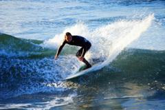 真冬のサーファー~波を切り裂くカットバック