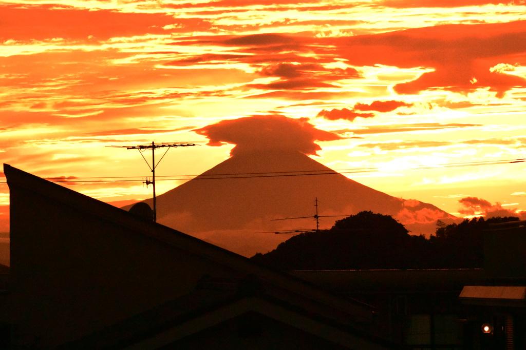 神々しい夕焼け空と富士 ①