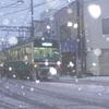 吹雪の路面をゆっくりと…