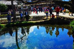 忍野村を訪ねて...湧池に映り込むpeopleと青空