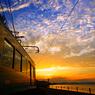 朝焼けの空と海とハッピートレイン