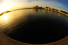 丸い海で夕陽を…