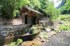 刈安山の小さな水車小屋
