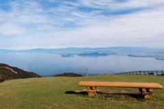 琵琶湖とベンチ(琵琶湖バレイより)