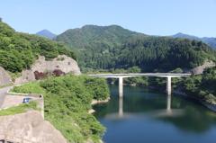 龍ヶ鼻湖に架かる橋