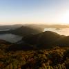 秋の夕陽に照る山もみじ