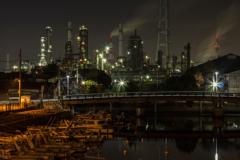 漁船と工場夜景(四日市コンビナート午起地区より)