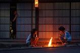 迎え火を焚く家族