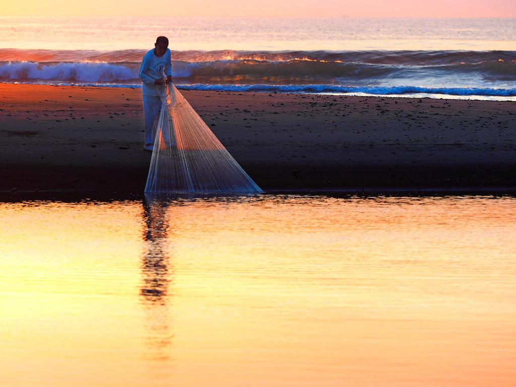 朝の投網漁