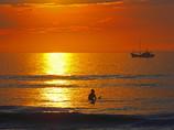 波待ちサーファーと漁船