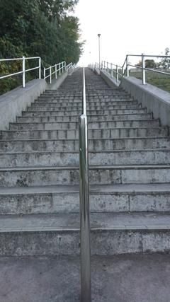 200段強の直線階段