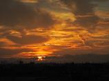 竜巻を照らす朝陽