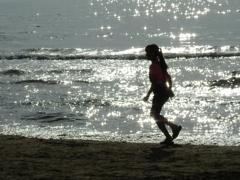 渚を駆ける少女