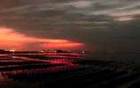 朝焼けを襲う黒雲