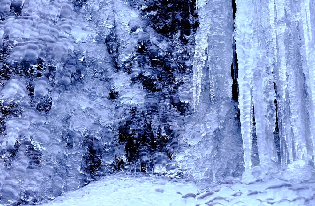 氷の鍾乳洞へ