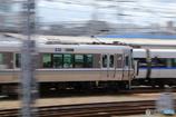 特急列車を追い越していく普通列車